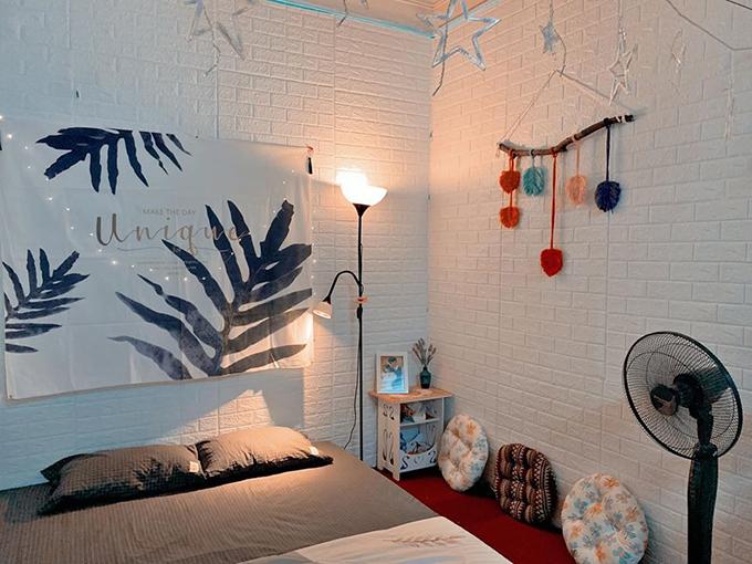 Nguyệt đặt mua phông hình lá nhiệt đới để tạo điểm nhấn cho nơi ngủ.