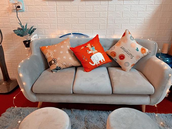 Căn phòng nhỏ có sofa để cặp vợ chồng thư giãn, tiếp khách tới chơi nhà.