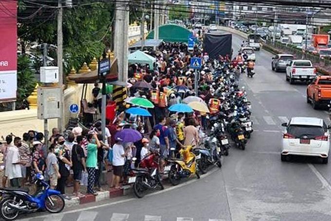 Hàng trăm người xếp hàng nhận thực phẩm miễn phí ở một ngôi chùa tại Bangkok hồi giữa tháng 4. Ảnh: BKP.