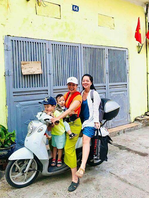 Thực trạng của mộtgia đình có hai thằng cháu, nghệ sĩ Chiều Xuân bình luận về bức ảnh đi chơi cùng con gái và hai cháu ngoại.