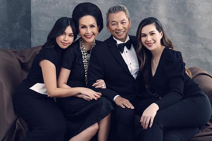 Nữ hoàng ảnh lịch Diễm My hạnh phúc bên chồng và hai con gái. Mỹ nhân quan niệm: Nhà không cần quá lớn, miễn là trong đó có đủ yêu thương.