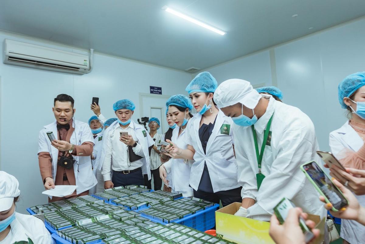 CEO Nguyễn Thị Ngọc Thuý (trái)luôn khắt khe từ khâu sản xuất đến khâu đóng gói thành phẩm trước khi đưa đến người tiêu dùng.