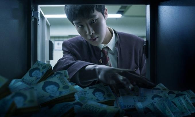 Ji Soo kiếm nhiều tiền bằng việc hành nghề tú ông ở tuổi 17.