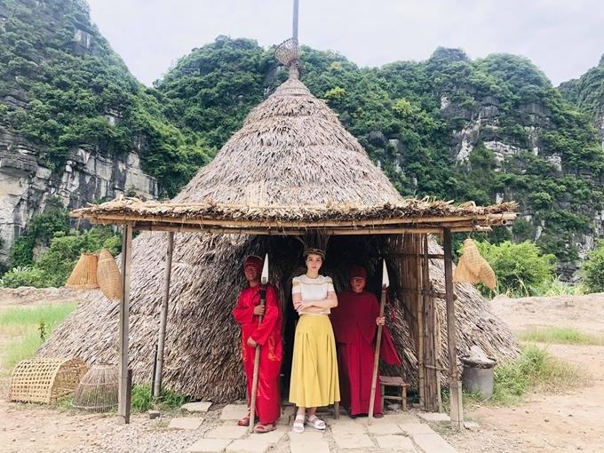 Mai Thu Huyền thăm di tích Tràng An khi khảo sát bối cảnh ở Ninh Bình.