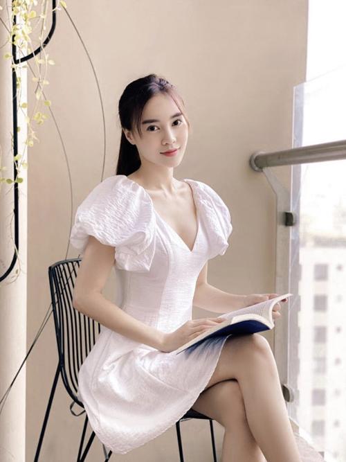Các mẫu váy tạo khối bắt mắt cho phần vai đang được Lan Ngọc và các tín đồ thời trang Việt lăng xê. Đây là trang phục phù hợp với những cô nàng có vóc dáng thon gọn, bờ vai mảnh dẻ.