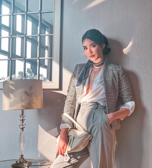 Áo cổ đổ tông trắng, vải lụa mềm mại giúp Lan Khuê hoàn thiện set đồ vừa gợi cảm vừa nêu cao tinh thần women boss.
