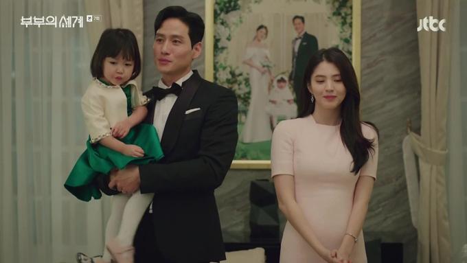 Một tấm ảnh khác hé lộ thiết kế váy cưới của tiểu tam mang phom dáng đuôi cá, vải có độ bóng. Ởtập 12 bộ phim chiếu hôm 2/5 đạt rating 24,33% toàn Hàn Quốc. Đây là thành tích cao nhất của bộ phim từ đầu tới giờ, cũng giúp phim phá kỷ lục 23,78% của phimS.K.Y Catsle (Lâu đài trên không)phát sóng năm ngoái.Bộ phim tiếp tục chiếu các tối thứ 6 và thứ 7 hàng tuần.