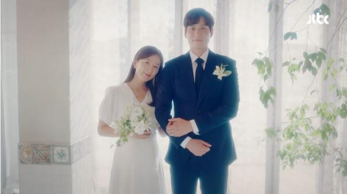 Trong một cảnh phim khác, chị diện váy cưới chữ A có tay bồng, cổ V. Mẫu đầm cũng không có họa tiết, hoa văn.