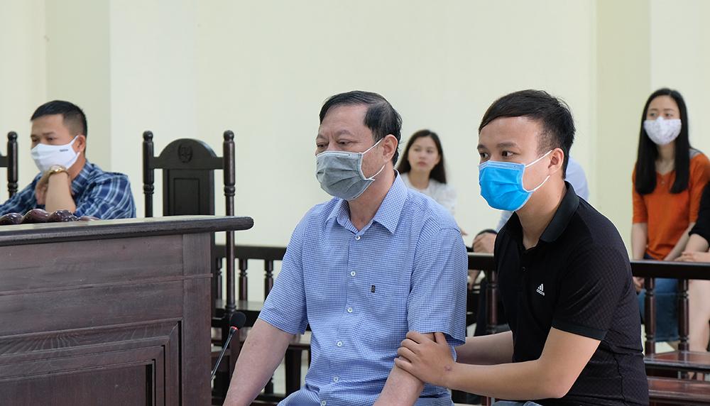 Nguyễn Chí Phương (áo xanh) tại toà sáng 8/5.