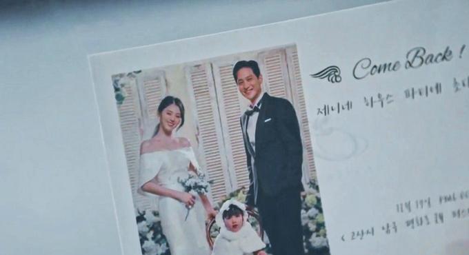 Sau khi kết thúc cuộc hôn nhân với bác sĩ Sun Woo, nam chính Tae Oh (do Park Hae Joon) thủ vai đã kết hôn với tiểu tam Da Kyung. Họ chụp hình cưới cùng con chung. Ở tập phim này, cô dâu Da Kyung cũng chọn diện váy cưới tối giản, có phần vai trễ giúp khoe nét đẹp xương quai xanh, tay áo xòe.