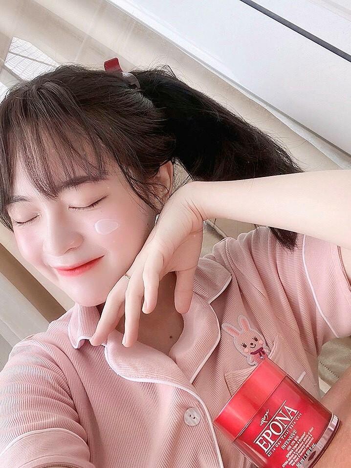 Epona cũng đã trở thành bước skincare không thể thiếu mỗi tối nếu muốn da trắng hồng, căng bóng của cô bạn Phi Linh.