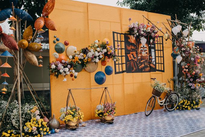 Ekip dành một ngày để trang trí hoàn thiện hội trường tiệc cưới.