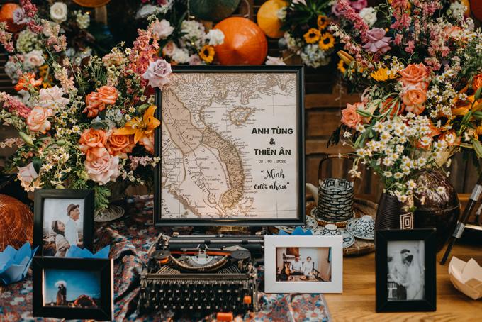 Bàn gallery được bày nhiều ảnh cưới của cặp vợ chồng và nhiều món đồ vintage.