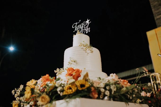 Bánh cưới của uyên ương được tạo hình từ nĩa, có sắc trắng và được gắn tên của cả hai ở trên cùng.