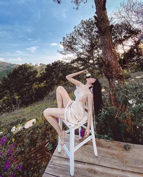 Các mẫu đầm lụa, váy voan thiết kế hai dây được Elly Trần sử dụng để khoe vẻ đẹp sexy và giúp mình có được sự thoải mái khi đi nghỉ dưỡng.