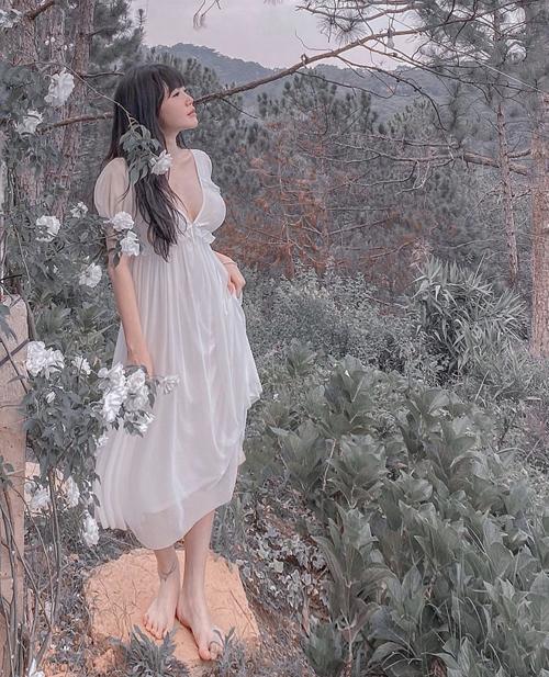 Váy voan trắng nhẹ nhàng theo phong cách tiểu thư cũng được khai thác đường cut-out sắc nét cho ngực áo.