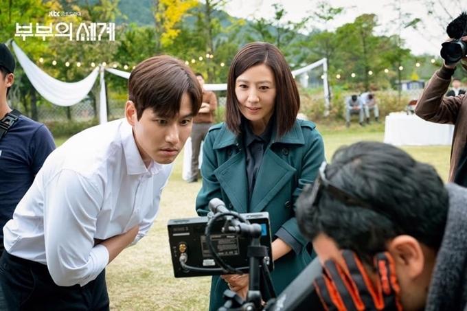 Park Hae Joon và Kim Hee Ae cùng xem lại một cảnh phim ở tập 1. Park Hae Joon tâm sự, lý do lớn nhất khiến anh nhận vai là vì cơ hội hợp tác cùng ngôi sao Kim Hee Ae.