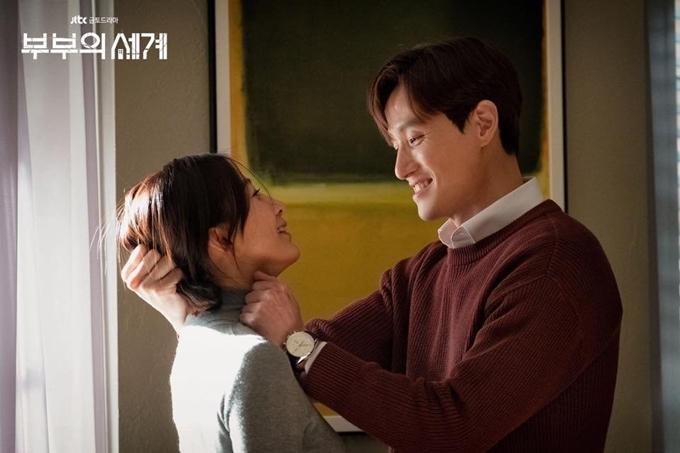 Nam diễn viên Park Hae Joon và minh tinh Kim Hee Ae cười ngượng ngùng khi tập luyện cho cảnh bác sĩ Sun Woo khiêu khích chồng khiến anh túm tóc cô đánh dã man. Đây là cảnh phim căng thẳng nhất tập 6, dẫn đến kết cuộc ly hôn của cặp đôi và khép lại nửa đầu phim.