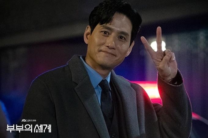 Khác với hình ảnh ích kỷ, tàn nhẫn trong phim, Park Hae Joon ở hậu trường rất hòa đồng và ấm áp.