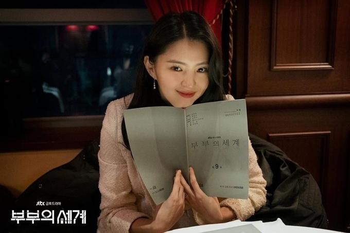 Khoảnh khắc xinh đẹp trong lúc đọc kịch bản của tiểu tam Han So Hee.
