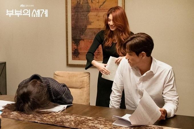 Tương tự, cảnh Sun Woo vạch mặt tiểu tam Da Kyung (Han So Hee đóng) cũng căng thẳng trên màn ảnh nhưng đầy tiếng cười ở hậu trường. Kim Hee Ae gục đầu xuống bàn để cười, còn Han So Hee đứng phía sau cũng bật cười trong lúc tập thoại.