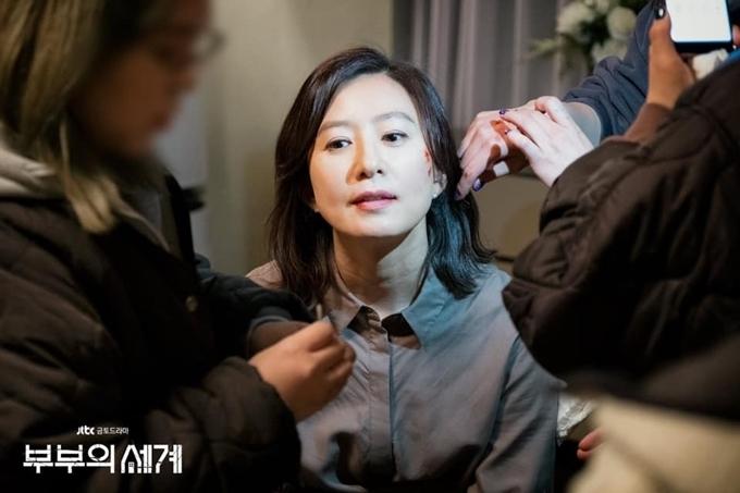 Kim Hee Ae hóa trang vết thương bị đánh.