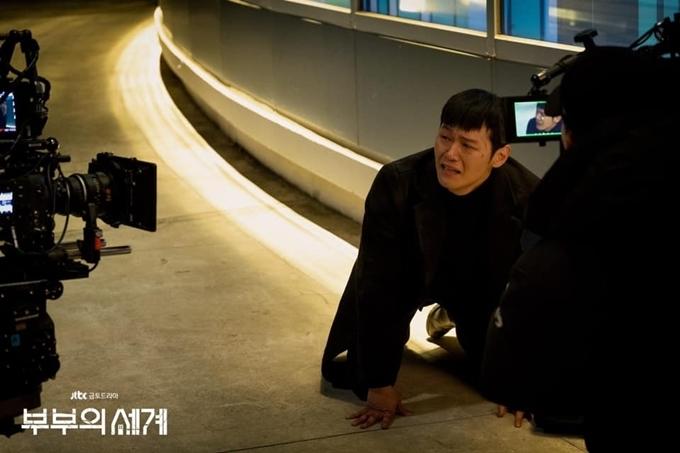 Lee Hak Joo diễn đầy say mê cảnh cuối của nhân vật Park In Gyu, trước khi nhân vật này ngã từ sân thượng xuống đường chết.
