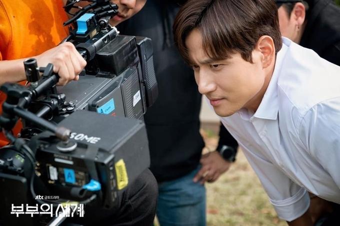 Trên trường quay, Park Hae Joon thường xuyên được bắt gặp đăm chiêu kiểm tra lại diễn xuất của bản thân. Trước khi phim quay, anh lo lắng không làm tròn vai. Khi phim chiếu và quay song song, anh lại khổ vì sự tròn vai của mình, không dám đọc nhiều bình luận vì sợ bị ghét lây nhân vật.
