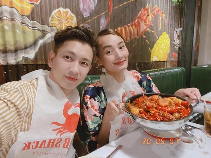 Vợ chồng Lê Thúy - Đỗ An rủ nhau đi ăn tôm hùm đất tại quán ăn mới mở của Hà Tăng.