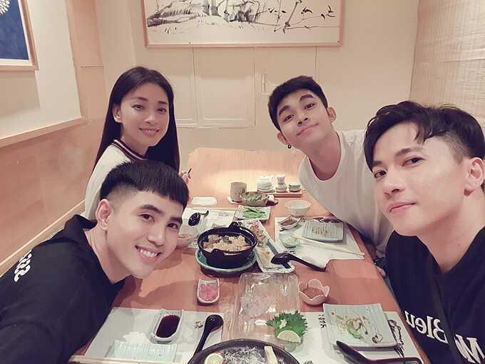 Diễn viên Ngô Thanh Vân đi ăn cùng đàn em gồm ca sĩ Will, Jun Phạm,S.T Sơn Thạch.