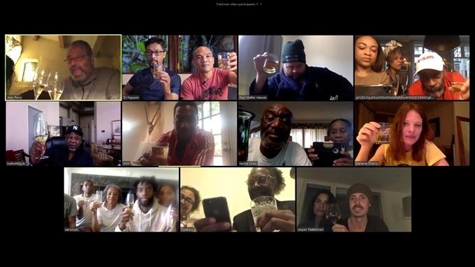 Màn hình đoàn phim cùng thưởng thức tác phẩm trực tuyến.