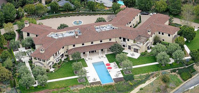 Biệt thự ở Beverly Ridge Estates, Los Angles, nhìn từ bể bơi ở sân sau của diễn viên Tyler Perry. Ảnh: DM.