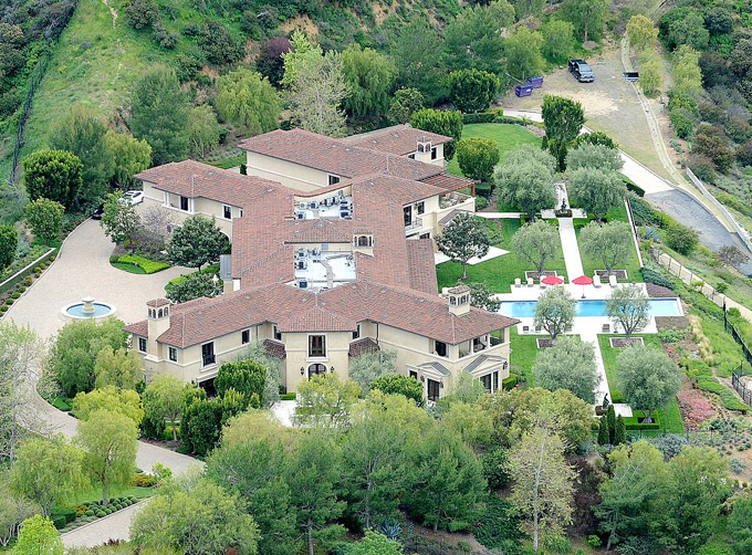 Căn biệt thự nằm trên quả đồi rộng 9 ha tại Beverly Ridge, Los Angeles, có 8 phòng ngủ, 12 phòng tắm, hai bể bơi và đội vệ sĩ giám sát ngày đêm. Ảnh: DM.