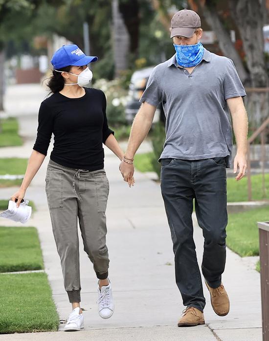 Meghan và Harry bịt mặt đi phát đồ ăn từ thiện trên đường phố Los Angeles hồi giữa tháng 4. Ảnh: Mega.