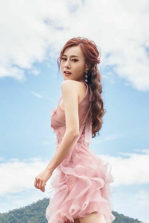 Diễn viên Phương Oanh thả thính: Bầu trời xanh, làn mây trắng.Anh yêu nắng hay là yêu em?.