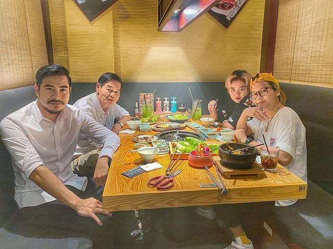 Diễn viên Thanh Bình cùng bạn bè, người thân đi ăn uống mừng sinh nhật mình.