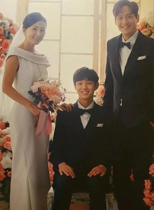 Mở đầu phim Thế giới hôn nhân là ảnh chụp của gia đình bác sĩ Sun Woo. Trong tấm hình, Sun Woo diện váy cưới tối giản theo phong cách thời trang thập niên 1960, không họa tiết, hoa văn, có cổ thuyền gấp nếp.