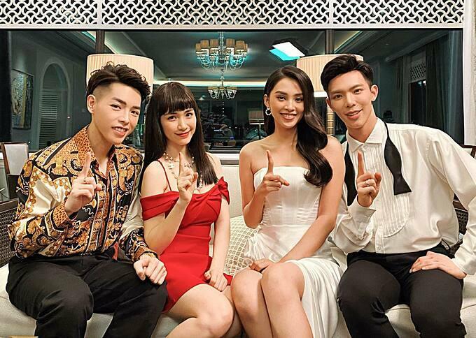 Hoa hậu Tiểu Vy pose hình cùng gia đình Hoa dâm bụt sau khi góp mặt trong MV mới của ca sĩ Erik.