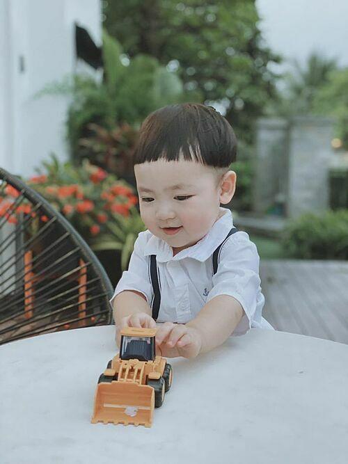Nhìn anh lớn lên mỗi ngày là niềm vui của mẹ.Em bé yêu mẹ và tình cảm nhất nhà đấy các bác ạ, á hậu Dương Tú Anh chia sẻ khi nói về con trai.