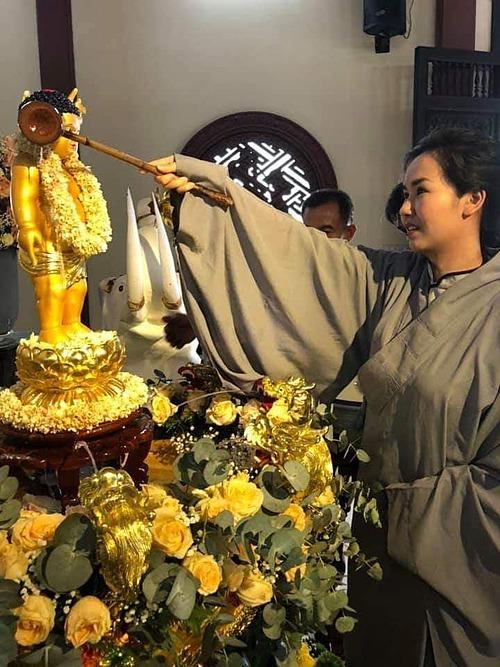 Khoảnh khắc ca sĩ Võ Hạ Trâmtắm Phật mừng ngày Đức Phật đản sinh.