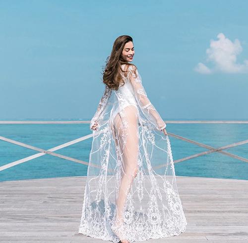 Sơ mi phom rộng, áo choàng vải ren được Hồ Ngọc Hà sử dụng một cách ăn ý cùng các mẫu bikini liền thân, áo tắm và quần bơi lưng cao.