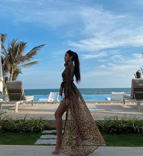 Áo choàng dáng dài thiết kế trên vải lụa của Tiên Nguyễn dễ phối cùng các kiểu mẫu áo tắm đa dạng về phom dáng.