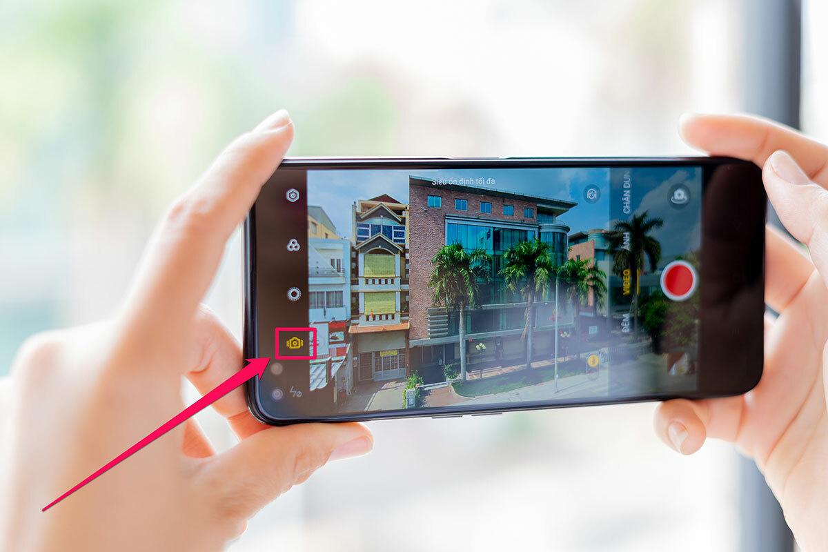 Trong giao diện video, bạn bật Siêu Ổn Định ở menu bên trái lên. Lúc này, khung hình sẽ bị cắt nhỏ lại một chút so với lúc chưa bật nên bạn lưu ý để bố cục phù hợp. Điểm nữa trên Realme 6 Pro là Siêu Ổn Định áp dụng cho camera chính 64MP và camera góc siêu rộng 8MP. Như vậy, bạn vừa có các đoạn clip tự quay mà không cần mua thiết bị chống rung chuyên dụng, lại có hẳn hai ống kính khác nhau để đa dạng các cảnh quay.