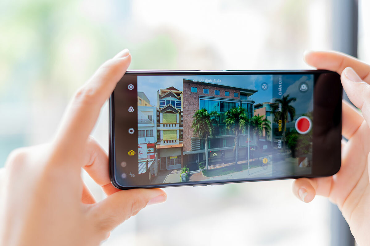Tính năng Siêu Ổn ĐỊnh còn hỗ trợ cả camera chính và camera góc siêu rộng, giúp bạn linh hoạt lựa chọn để video thêm phong phú nội dung.Xem thêm các chuyên gia chia sẻ về camera Realme 6 Pro tại kênh YouTubeRealme Vietnam.