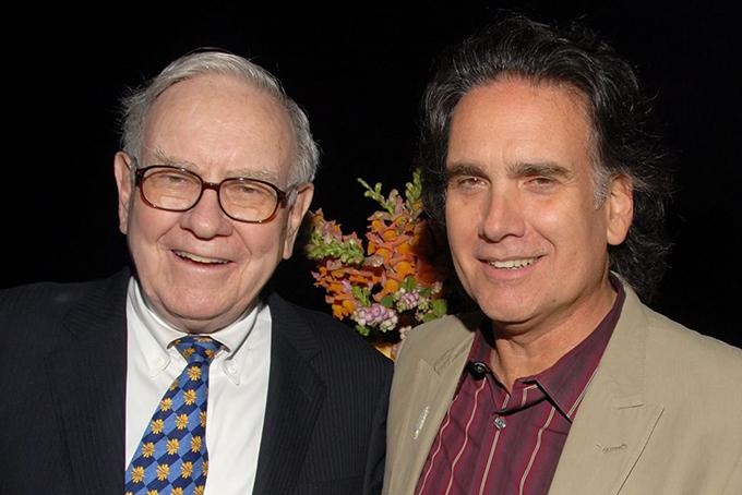 Tỷ phú Warren Buffett và con trai út Peter. Ảnh: CNBC.