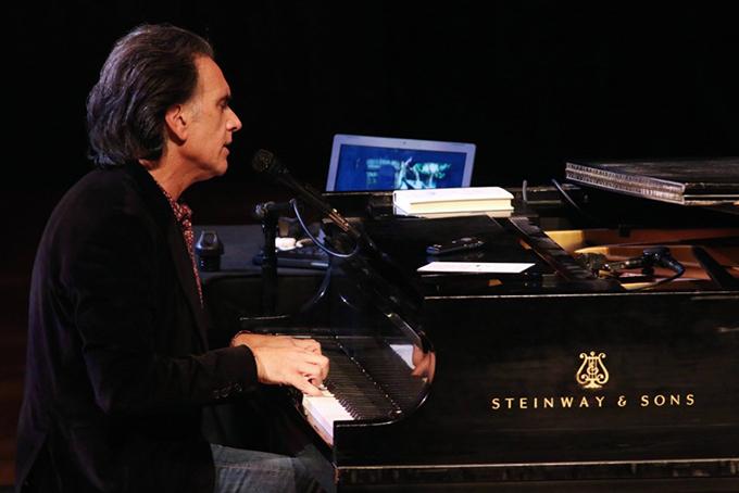 Nhạc sĩ Peter Buffett biểu diễn piano tại một sự kiện từ thiện năm 2010. Ảnh: Times.