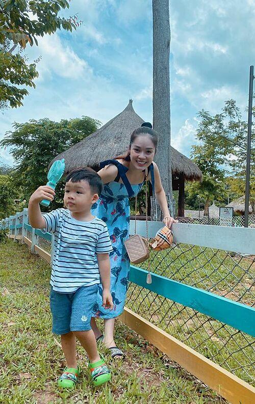 Dương Cẩm Lynh đưa con trai đi Phú Quốc chơi.