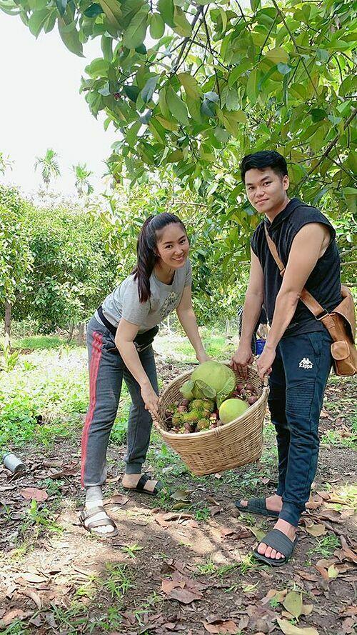 Lê Phương cùng chồng và hai con về quê thu hoạch trái cây vườn.
