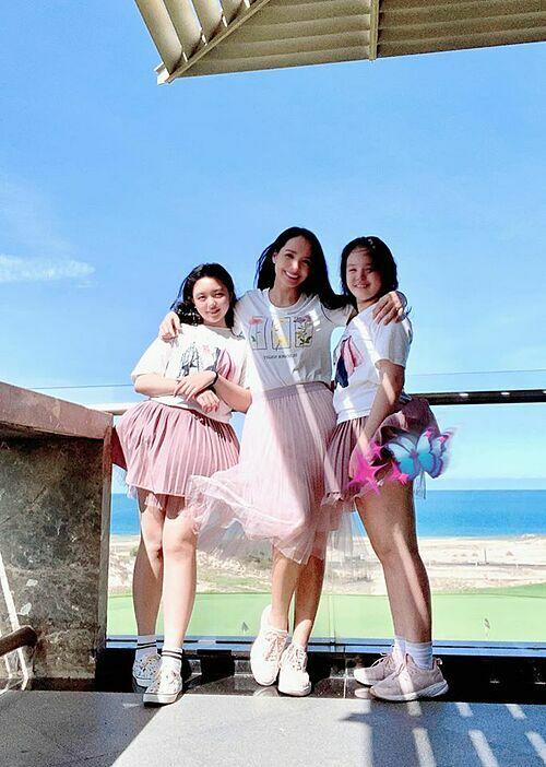 Thúy Hạnh và hai con gái mặc đồ đồng điệu khi đi ngắm biển.
