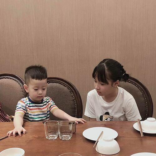Diễn viên Việt Anh đăng ảnh con trai của mình bên con gái của Hồng Đăng và trêu: Đối với Đậu Đậu chỉ cần là khác giới, còn lại tuổi tác không quan trọng. Anh với chú giờ là mối quan hệ như nào Hồng Đăng?.